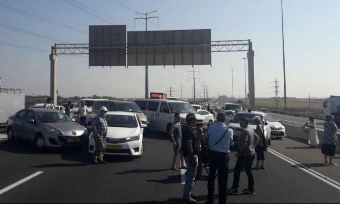 احتجاجات المعاقين تتواصل بإغلاق شوارع رئيسية بالبلاد