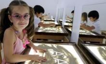الرسم بالرمل يطور خيال وإبداع الأطفال