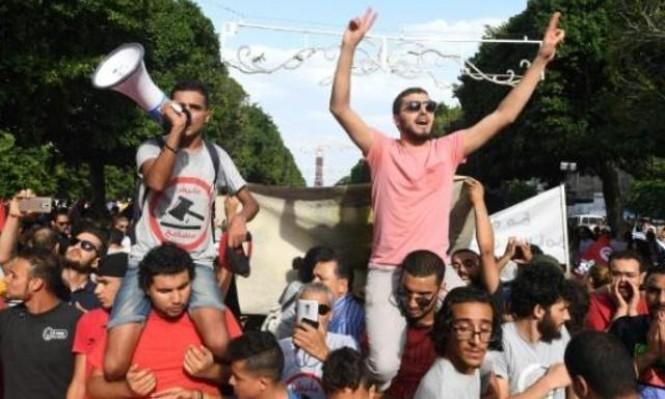 التوانسة يتظاهرون رفضا للعفو عن متورطين في الفساد