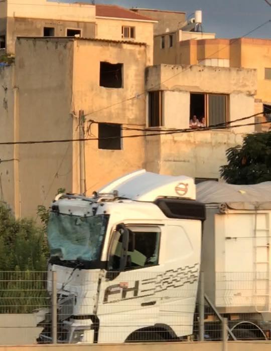 مصرع سائق شاحنة في حادث طرق قرب جسر الزرقاء