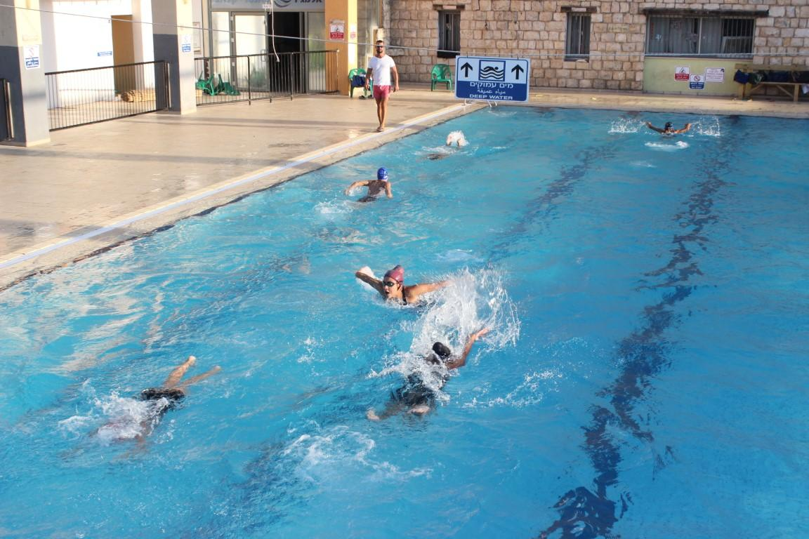 مدرسة الدولفين تشق طريقها نحو النجاح في السباحة