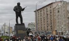 النصب التذكاري: كلاشينكوف الروسي والبندقية الألمانية