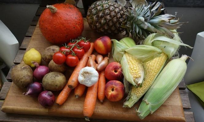 الخضروات والفواكه الملونة تقي من سرطان القولون