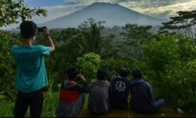 أندونيسيا: أغونغ يدفع أكثر من 34 ألفا للفرار
