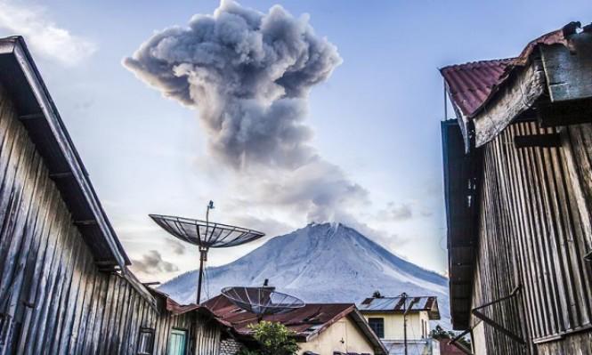 إندونيسيا: 75 ألف نازح خوفًا من ثوران بركان
