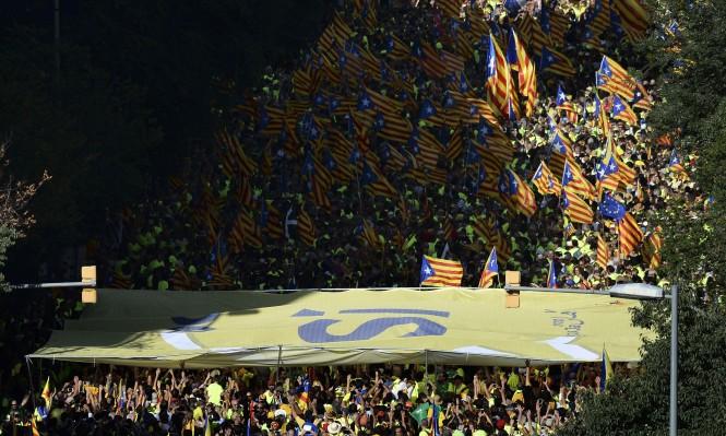 آلاف الطلاب يتظاهرون في برشلونة دعما للاستفتاء