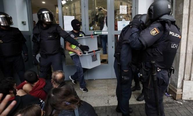 الشرطة تغلق صناديق اقتراع خلال استفتاء انفصال كاتالونيا (أ ف ب)