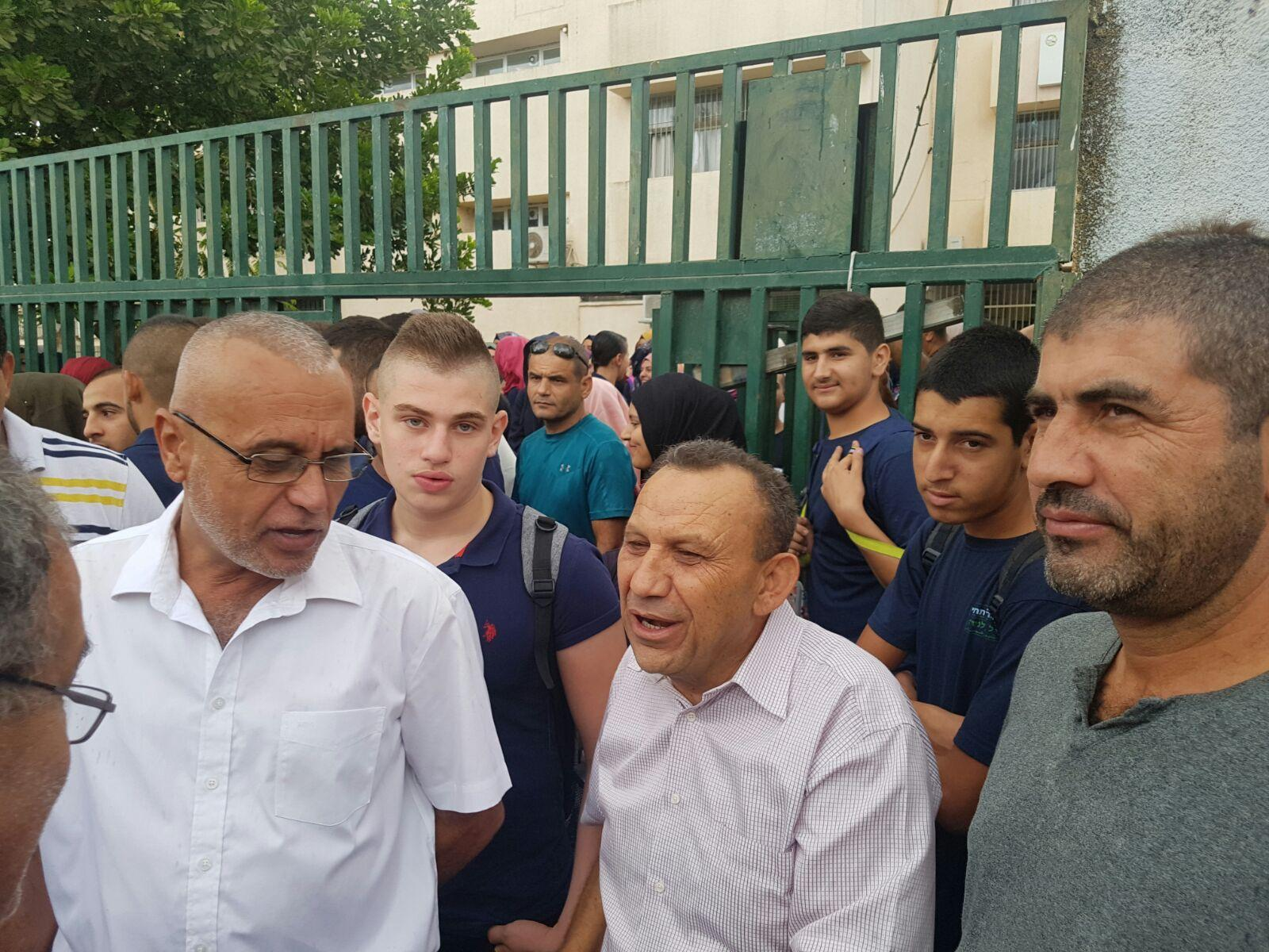 قلنسوة: وقفة احتجاجية ضد اعتداء الشرطة على معلم