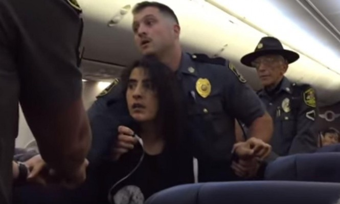 """الشرطة الأميركية تطرد امرأة بالقوة من طائرة بسبب """"حساسية تجاه الحيوانات"""""""