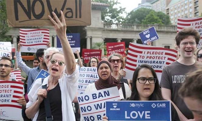 المحكمة العليا تنقض حكما ضد مرسوم ترامب بشأن الهجرة