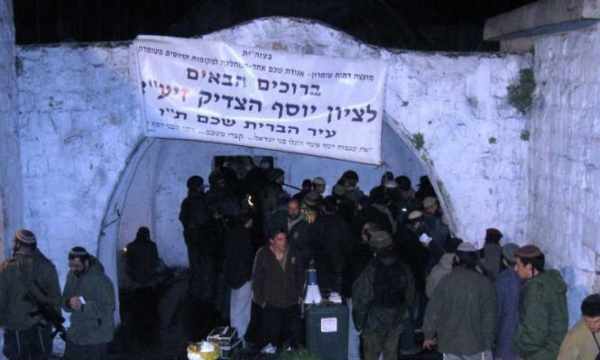 المستوطنون يقتحمون قبر يوسف والاحتلال يحظر رفع الأذان