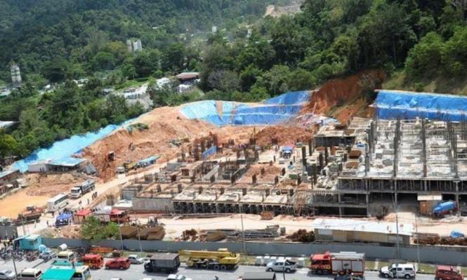 ماليزيا: مقتل 3 في انهيار أرضي ومحاصرون تحت الأنقاض