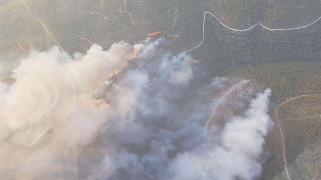محاولات مستمرة لإخماد الحريق بأحراش القدس المحتلة