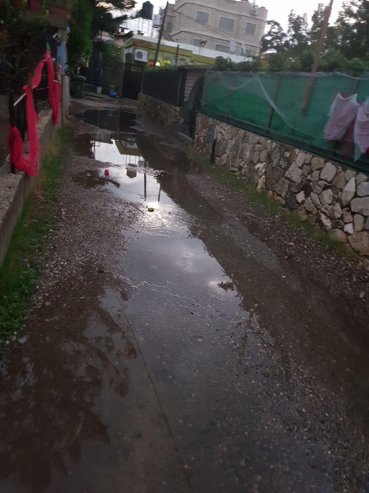 مجد الكروم: مياه الأمطار تغمر منازل والأهالي يتذمرون