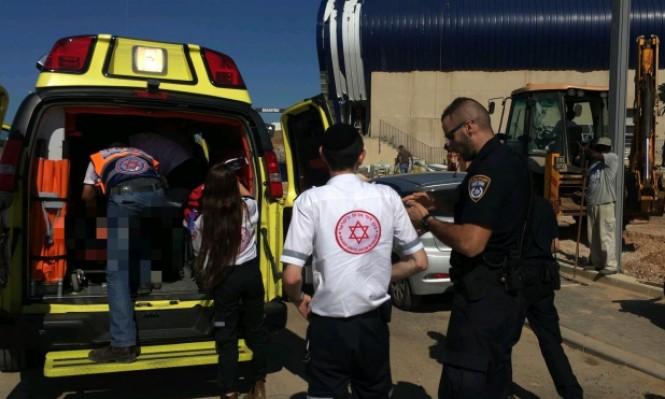 إصابة حرجة لعامل سقط من علو في وسط البلاد