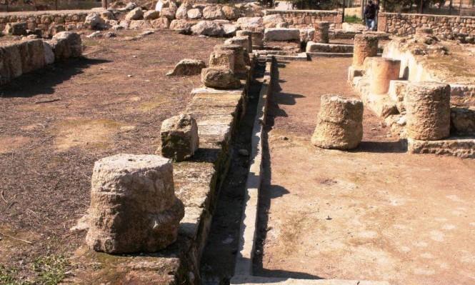 المستوطنون يقتحمون قصر المورق بالخليل والاحتلال يسرق حجارته