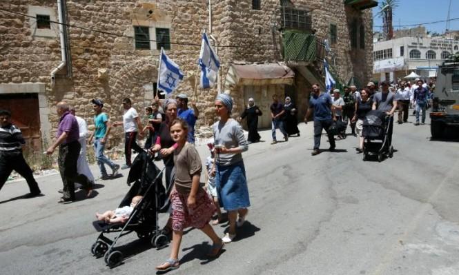 مستوطنون يقتحمون مواقع أثرية بالخليل والاحتلال يعتدي على المواطنين