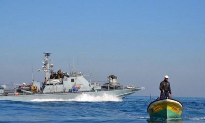 الاحتلال يستهدف مراكب الصيادين ويعتقل فلسطيني تجاوز حدود غزة