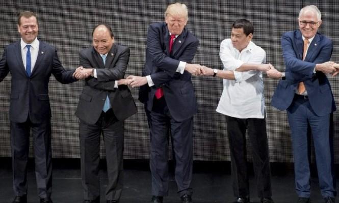 """ترامب يكسر """"حلقة المصافحة"""""""