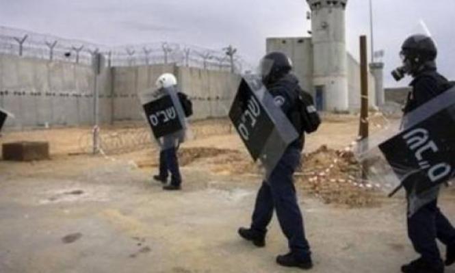 توتر بسجن عسقلان عقب اقتحام قسم 3 والتنكيل بالأسرى