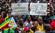 ابتهاجا بسقوط موغابي.. الآلاف يحتفون في شوارع عاصمة زيمبابوي