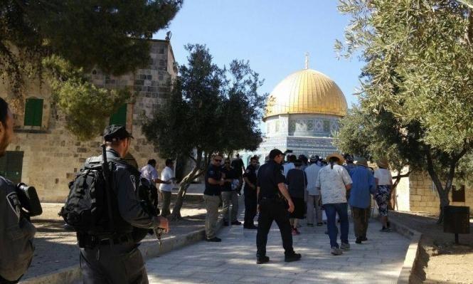 121 مستوطنا يقتحمون الأقصى بحراسة مشددة للاحتلال