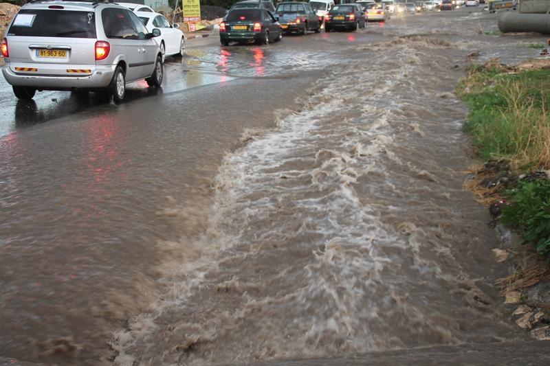 مياه الأمطار تحدث فيضانات على مدخل قريتي البعنة ودير الأسد