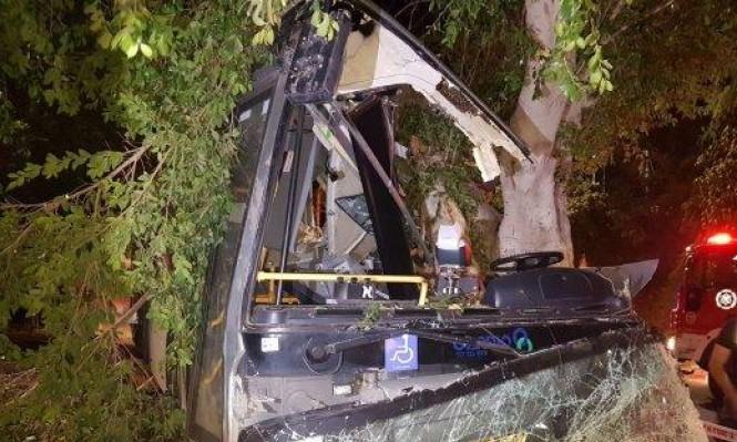 طبريا: 5 إصابات إثر اصطدام حافلة بشجرة