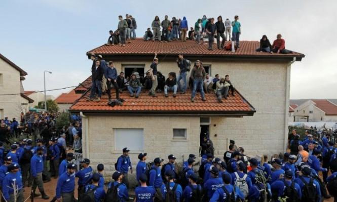 """مئات المستوطنين يتحصنون بمنجرة بـ""""إلعازار"""" لمنع إخلائها"""