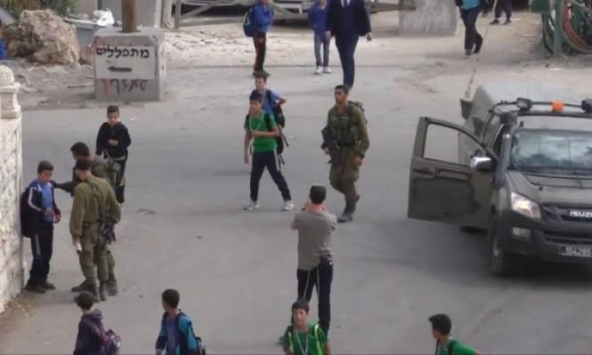 توثيق بالفيديو: جنود الاحتلال ينكلون بطلاب مدرسة بالخليل