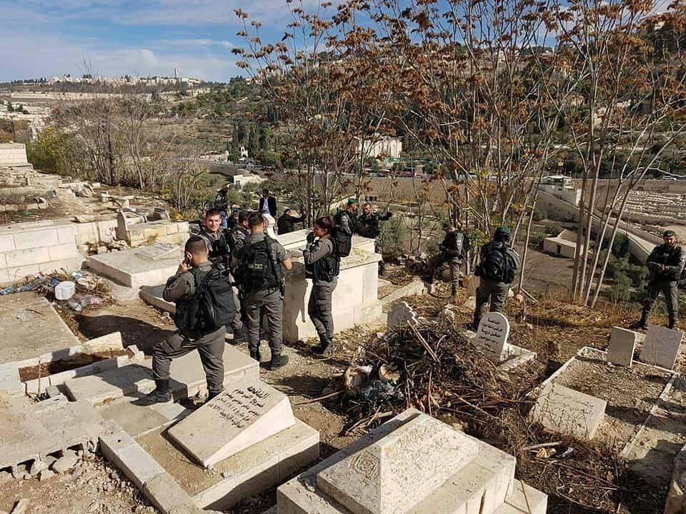 مواجهات بالقدس والاحتلال يجرف بمقبرة الرحمة