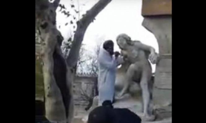 """""""مختل"""" يحطم """"المرأة العارية"""" في الجزائر"""