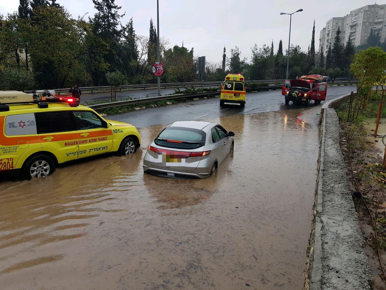 إنقاذ فتاة وسائقة سيارة غمرتها المياه في حيفا