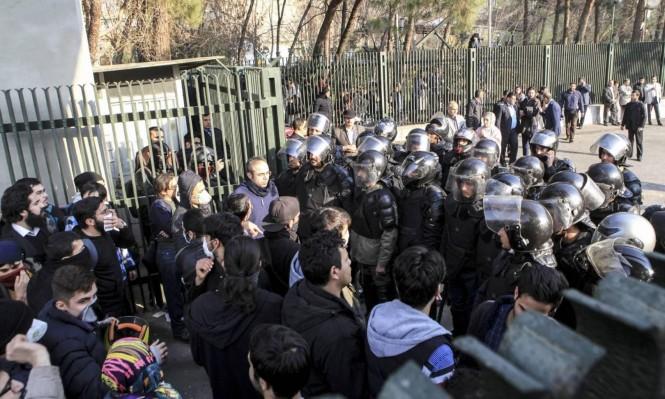 مقتل 3 أفراد شرطة وارتفاع عدد ضحايا المتظاهرين بإيران