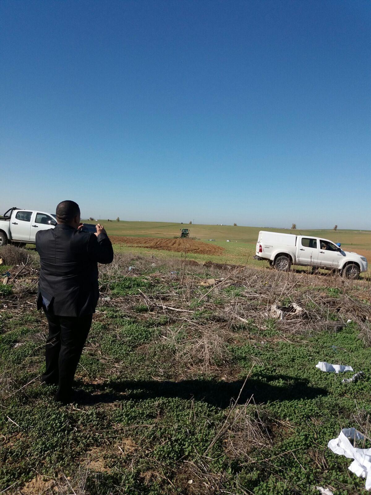 النقب: جرافات السلطات تحرث أراضي الظحية وتبيد مزروعاتها