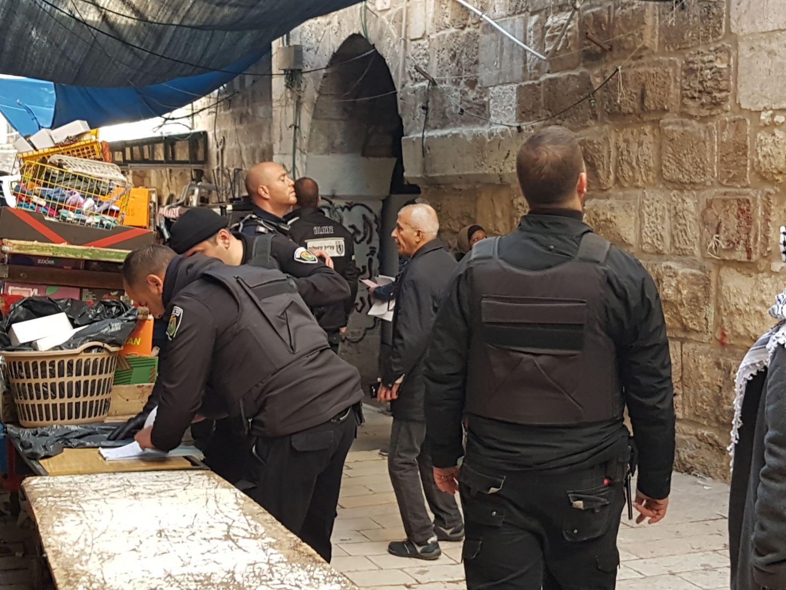 الاحتلال يحرر مخالفات بالقدس القديمة ويصادر بسطات