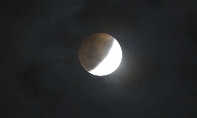 """رصد لظاهرة """"القمر الأزرق الدموي العملاق"""" (صور)"""