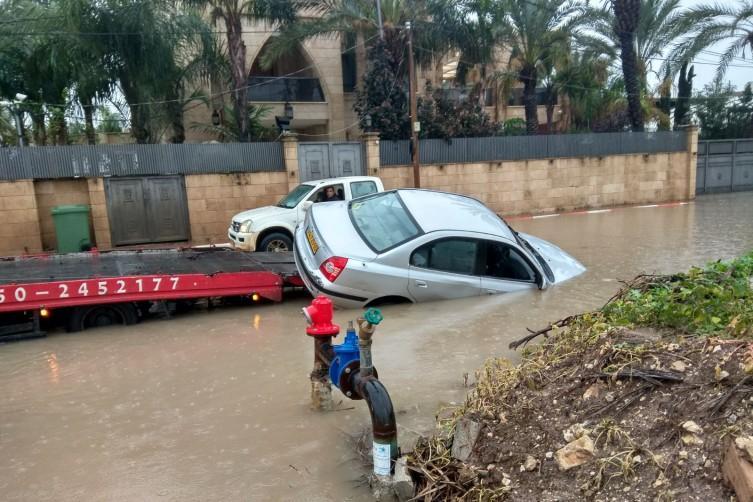 إغلاق شوارع وتحذيرات من حدوث فيضانات