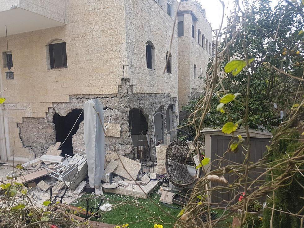 قتيل وإصابتان في انفجار  دمر  موقف سيارات في القدس