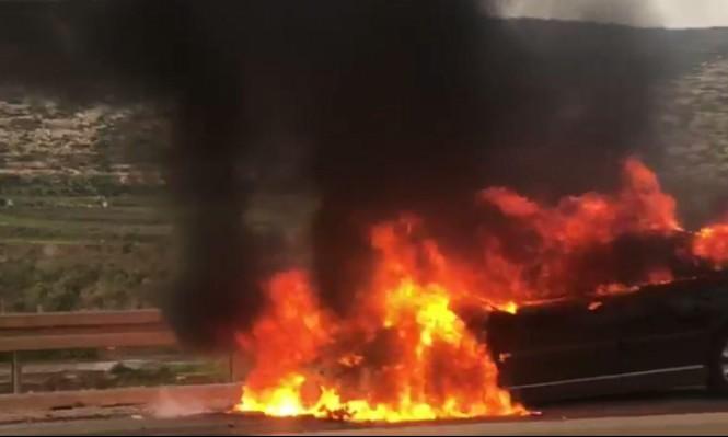 كفركنا: تماس كهربائي يشعل النيران في مركبة ويتسبب بأزمة سير