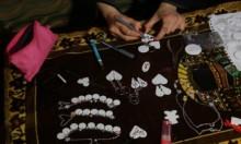 شابّة غزّية تحول السيراميك إلى لوحات