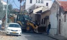 يافا: الشرطة تغُلق شوارع حي العجمي وتهدم حديقة منزل