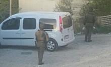 الاحتلال يواصل حصار حزما ويعتقل شابين