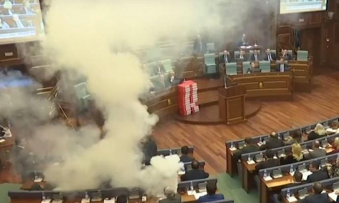 كوسوفو: مُشرّعون يلقون عبوات غاز مسيل للدموع في قاعة البرلمان