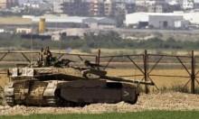 الاحتلال يستهدف موقعا للمقاومة وأراضي المزارعين بدير البلح
