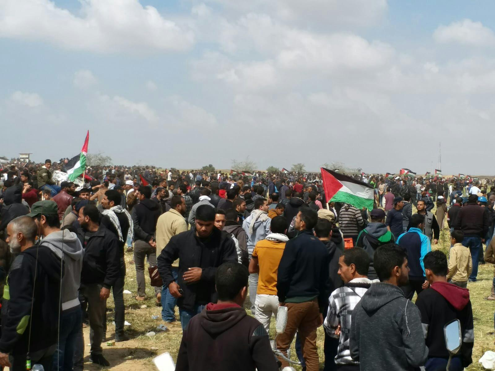 15 شهيدا و1450 إصابة ومدفعية الاحتلال تقصف مسيرة العودة