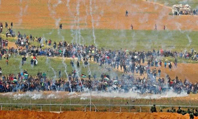 عشرات الآلاف عند السياج الحدودي والاحتلال يعلنه منطقة عسكرية مغلقة