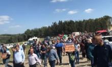 المئات يشاركون بمسيرة يوم الأرض في الروحة