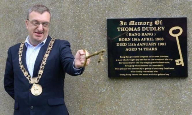 رئيس بلدية دبلن يتوجه من مطار اللد إلى رام الله رغم المنع