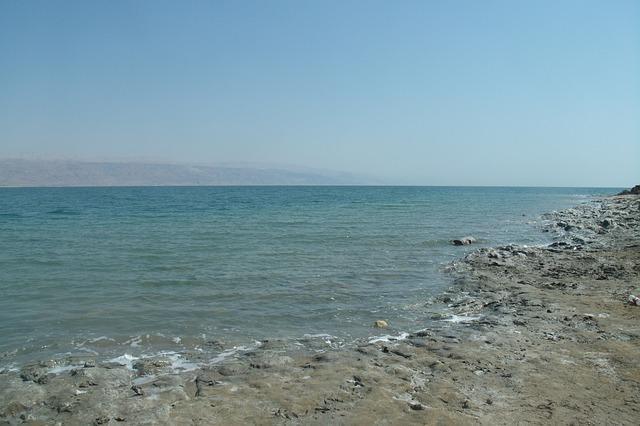 """البحر الميت """"يحتضر"""" والميزانيات للتوسع الاستيطاني حوله"""